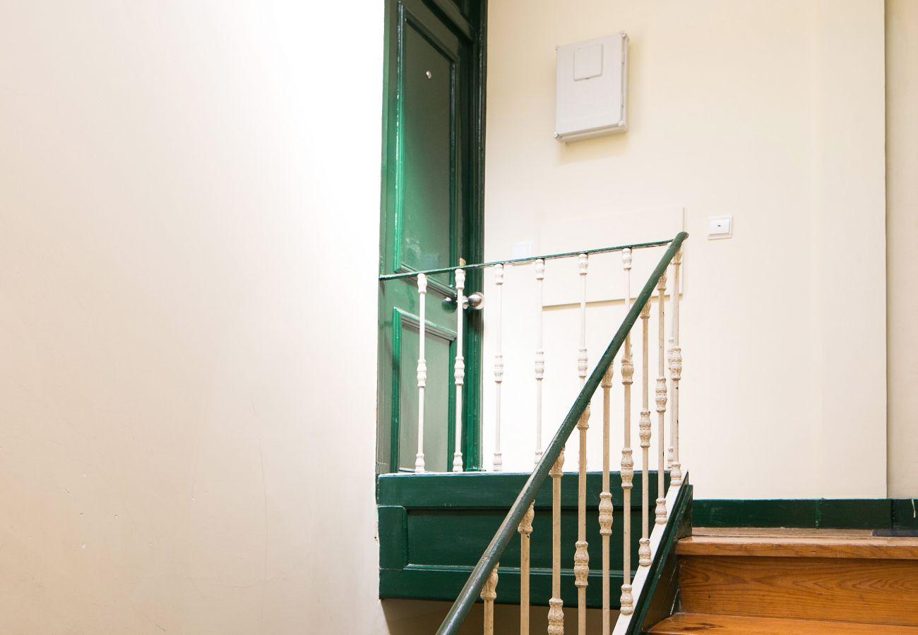 Escada de Lisboa de um apartamento barato no coração de Lisboa