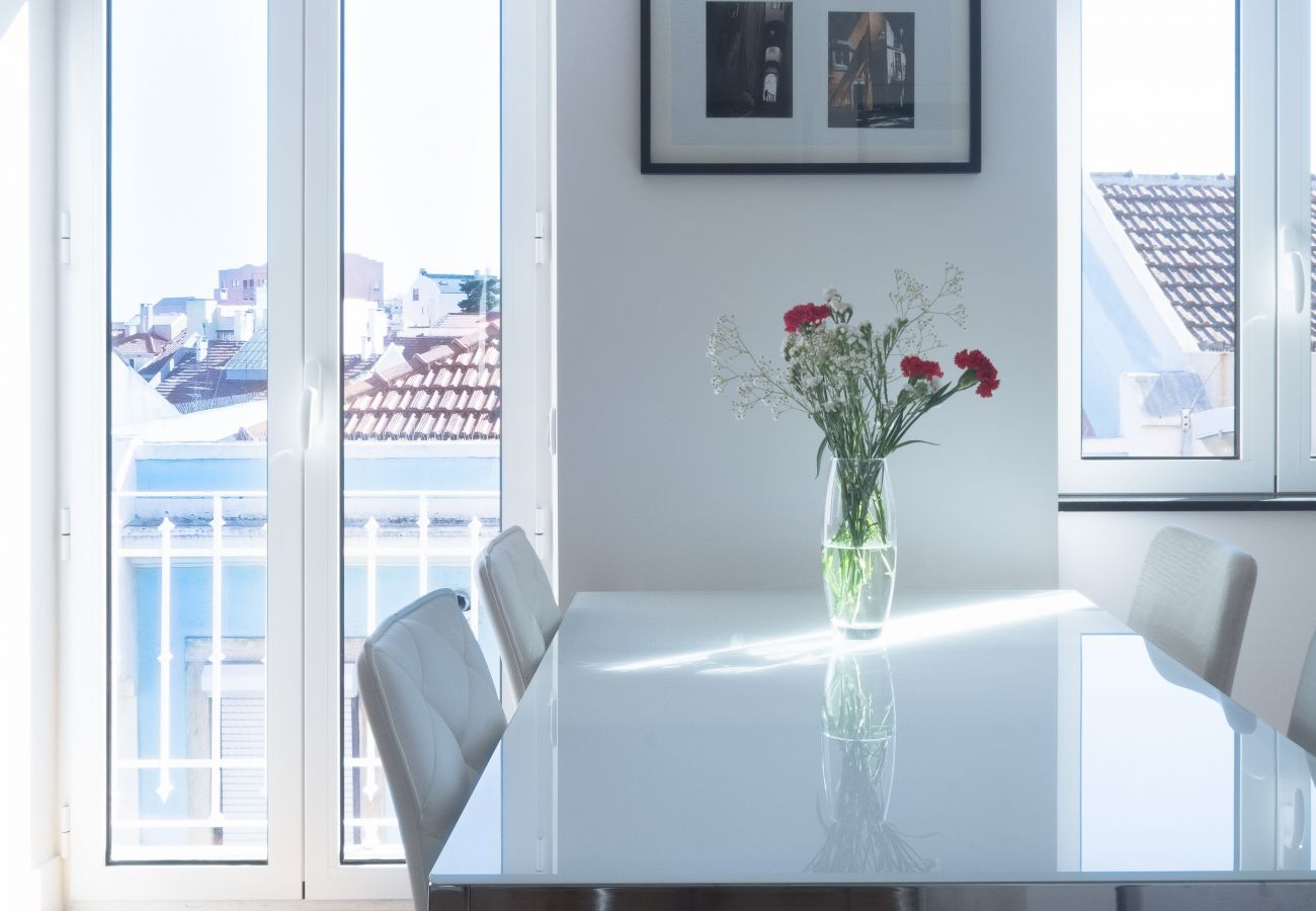 Acesso exterior à cozinha branca brilhante e de prestígio