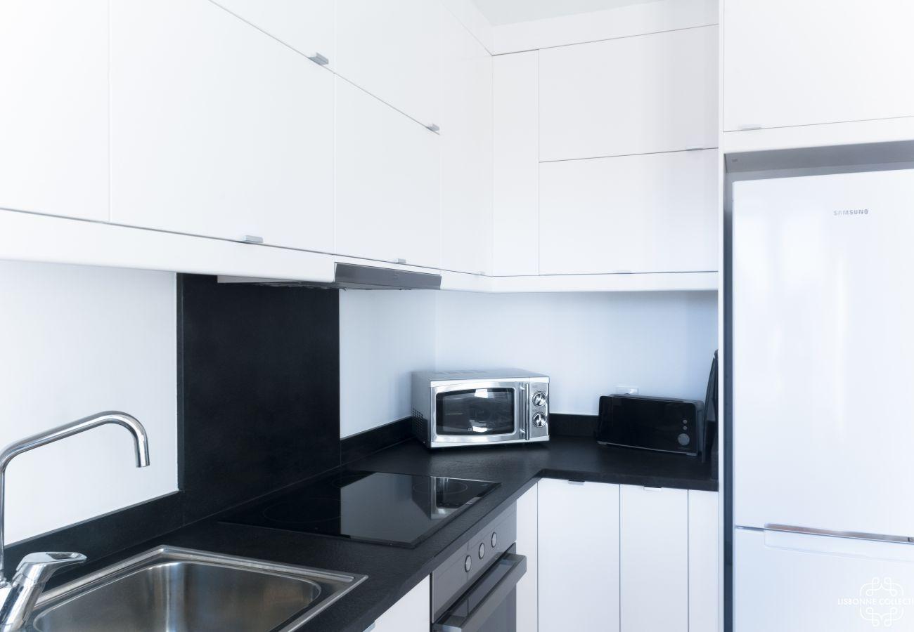 Grande moderna cozinha preto e branco com microondas