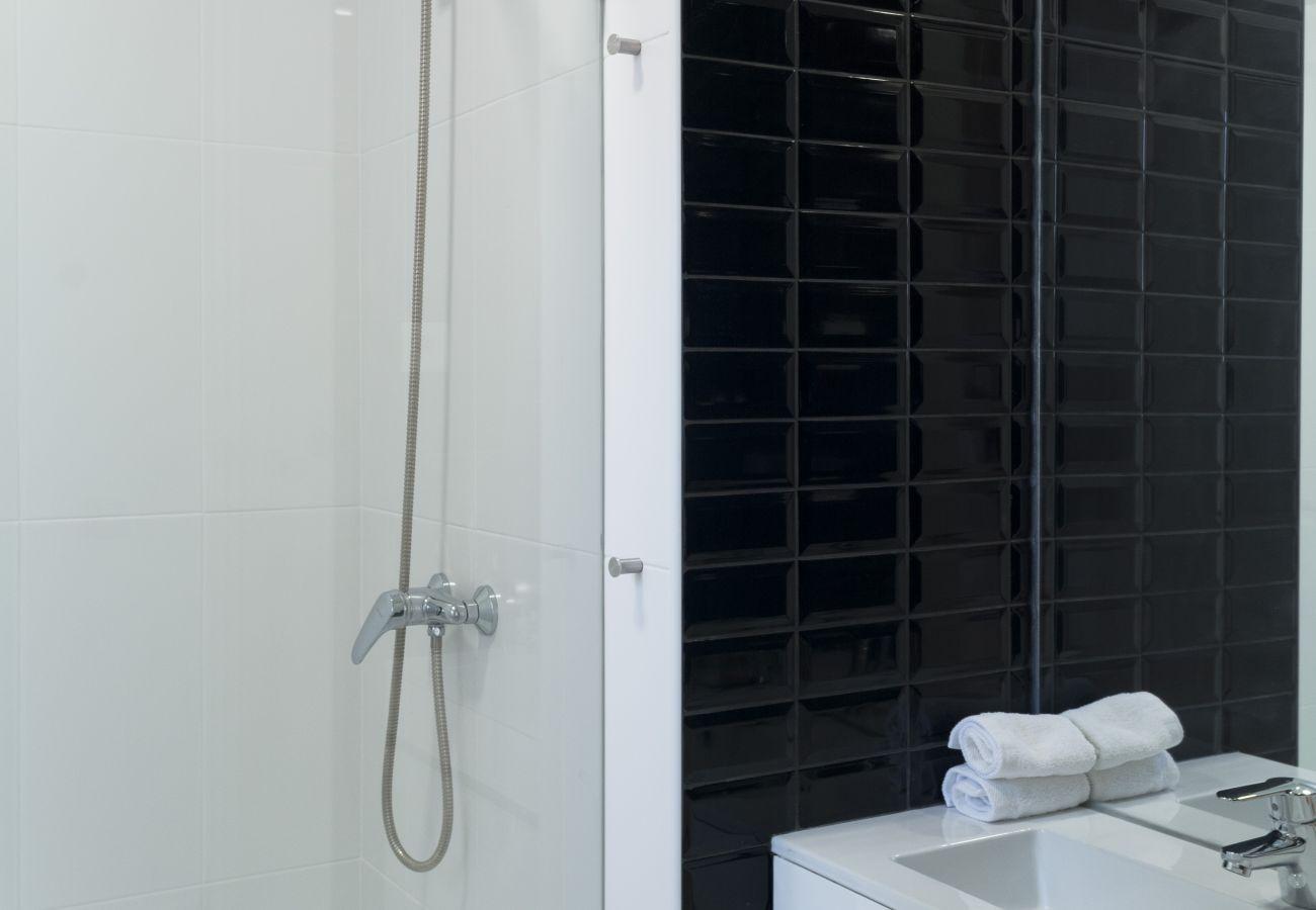 Banheiro de design e moderno contemporâneo para alugar no coração da cidade