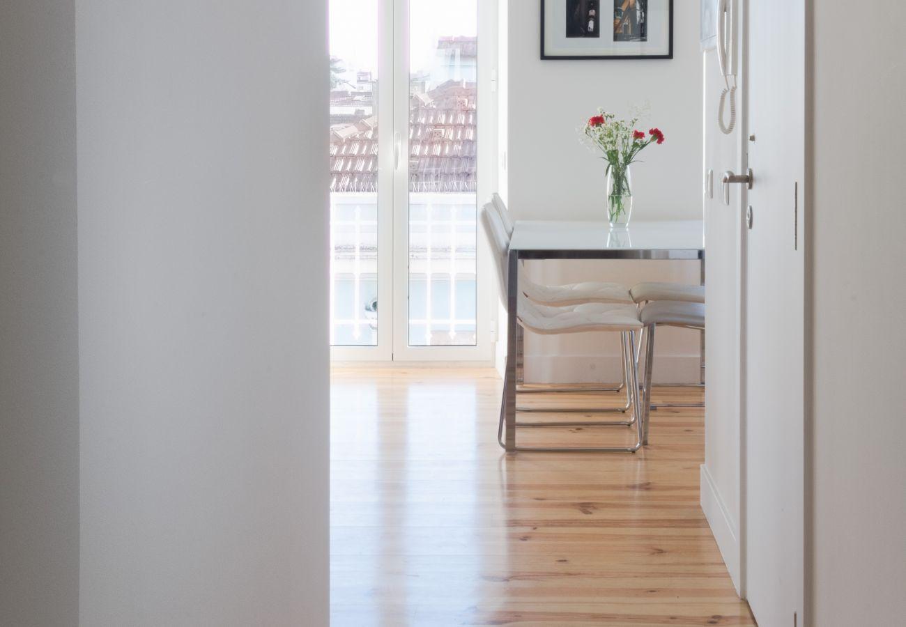 Vista da sala pelo corredor na cozinha