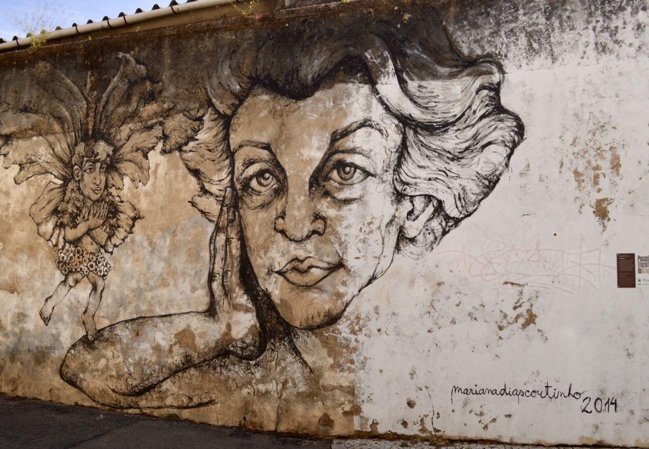 Arte de rua no bairro histórico da Graça de Lisboa