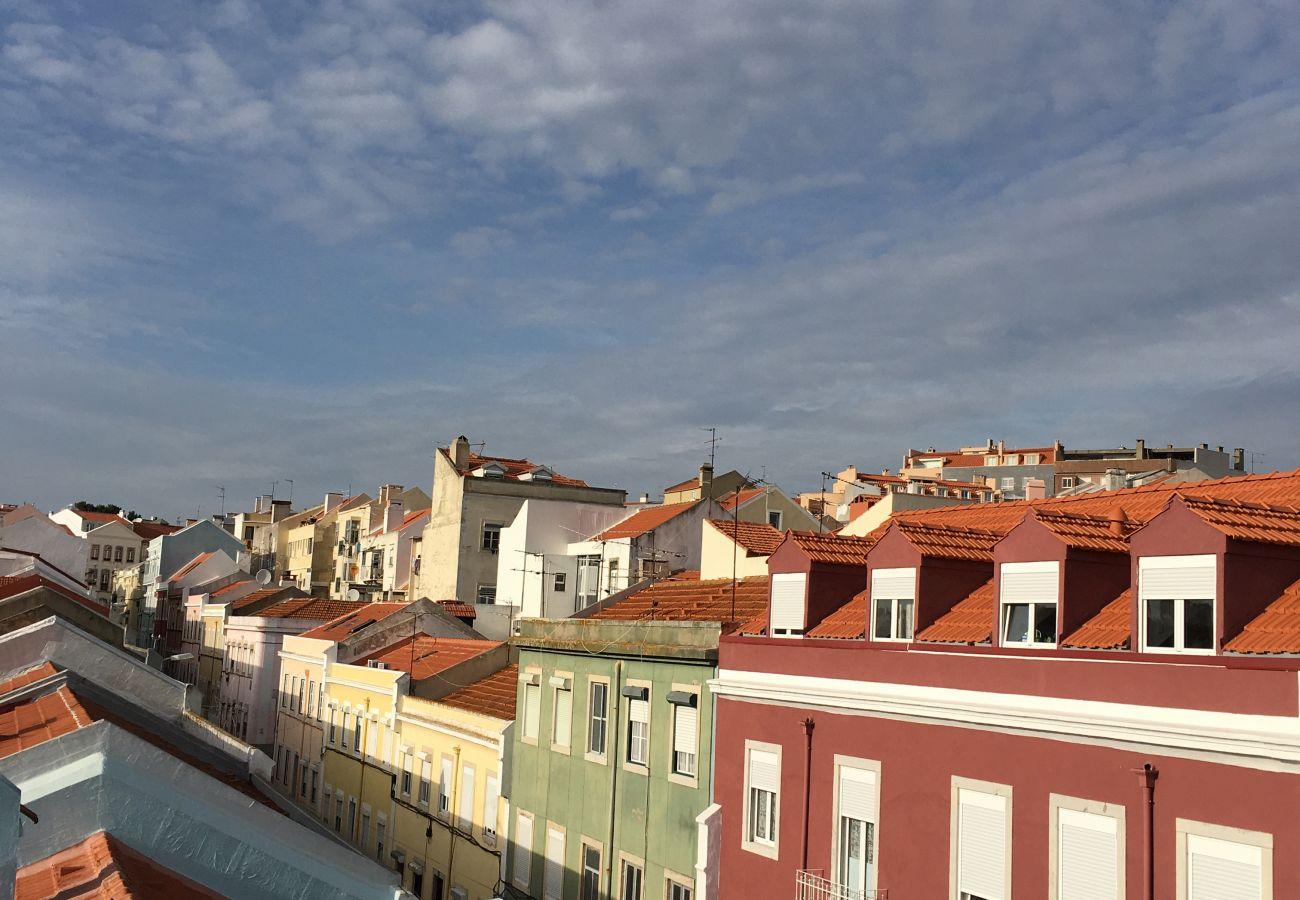 Vista do acesso exterior ao bairro da Graça em Lisboa
