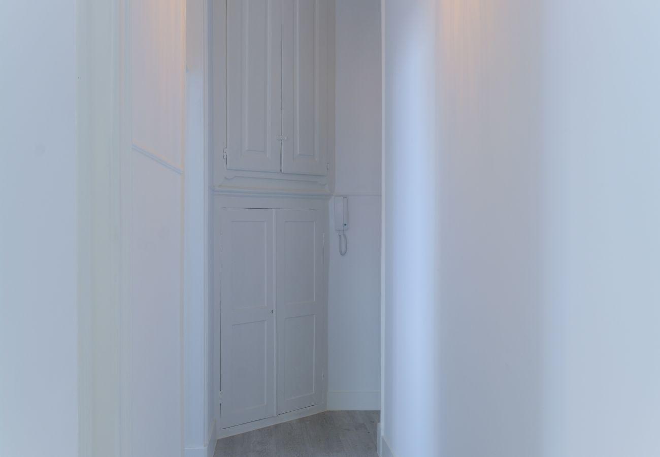 Acesso do quarto ao corredor com vista para a cozinha