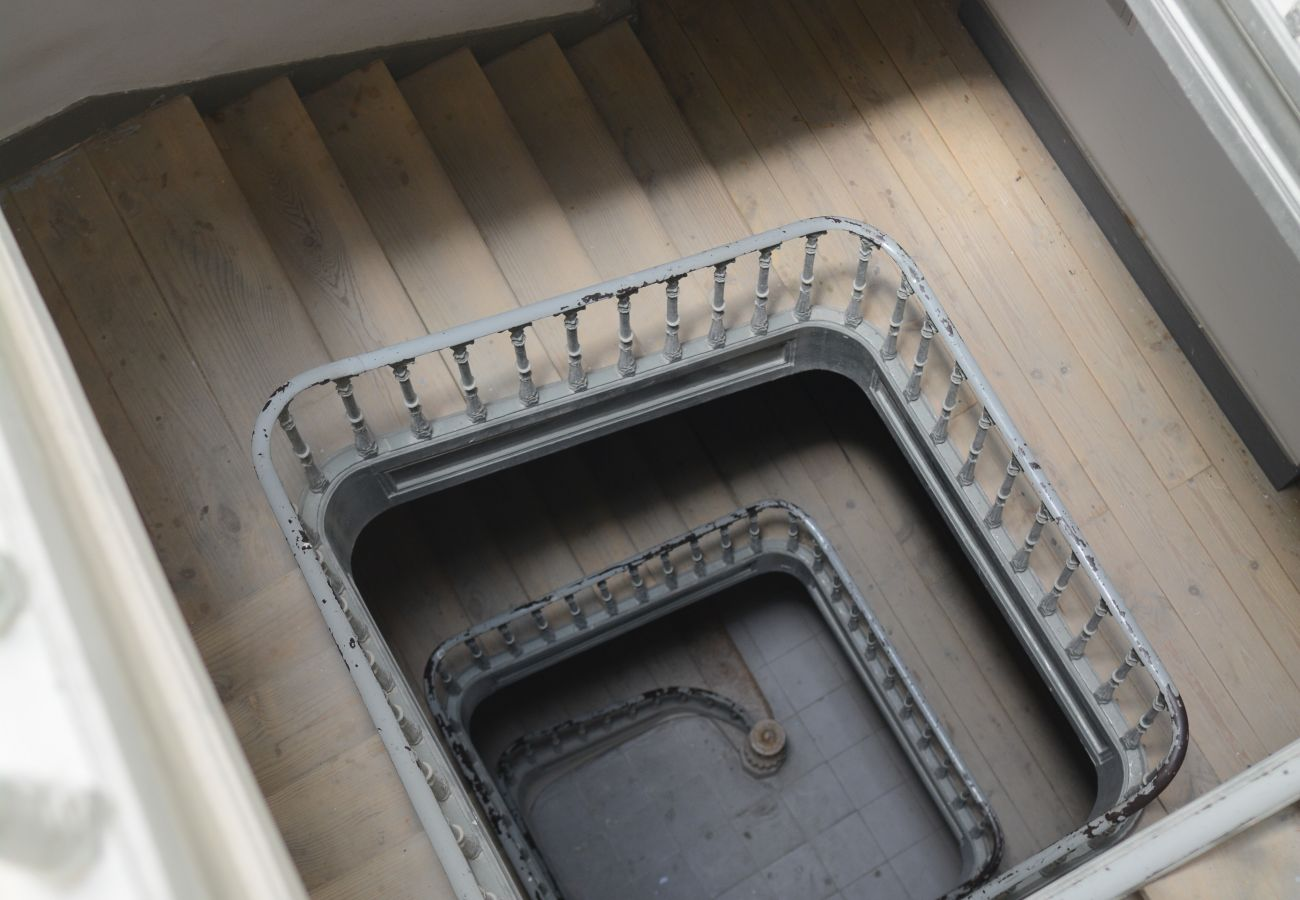 Escada de gaiola num edifício típico do centro da capital portuguesa