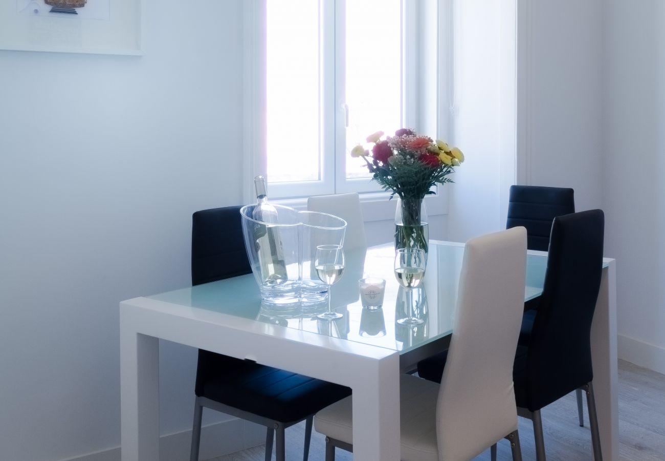 Mesa para jantar com a família ou amigos num apartamento alugado em Lisboa