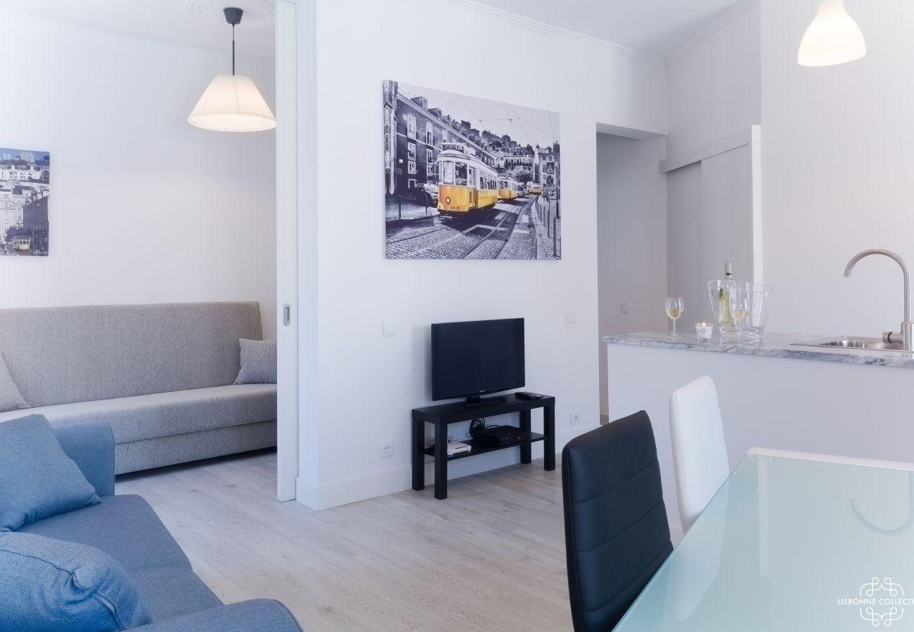 Brilhante sala de estar com comunicação em um dos quartos e na cozinha