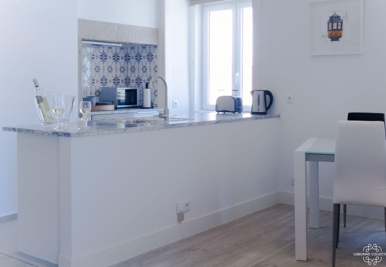 Cozinha típica totalmente equipada com azulejos modernos e high-end