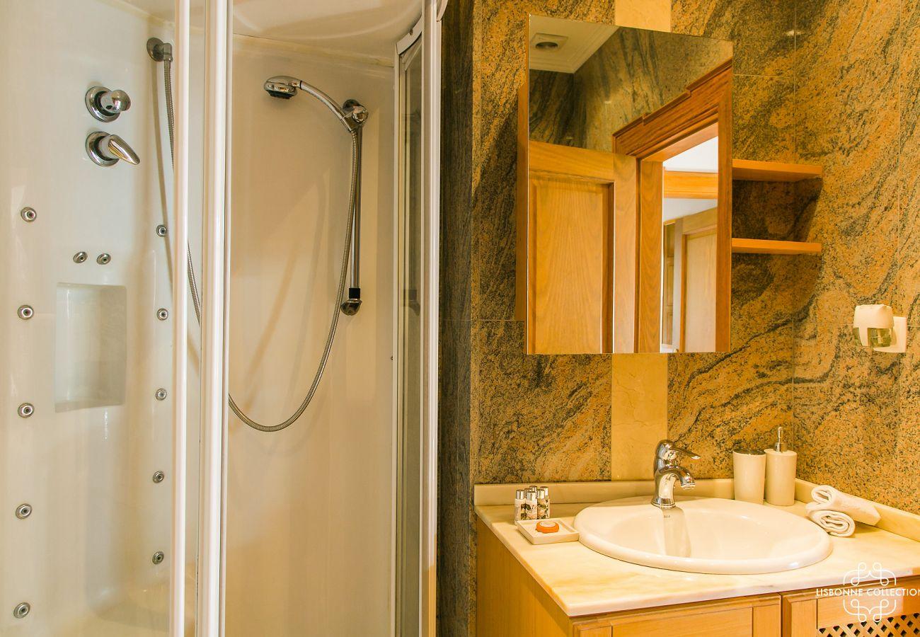 Casa de banho em mármore com chuveiro de luxo
