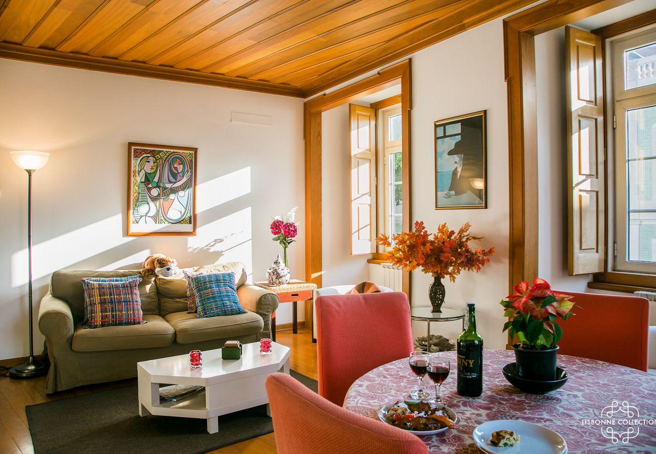Salão de madeira com interior típico para alugar