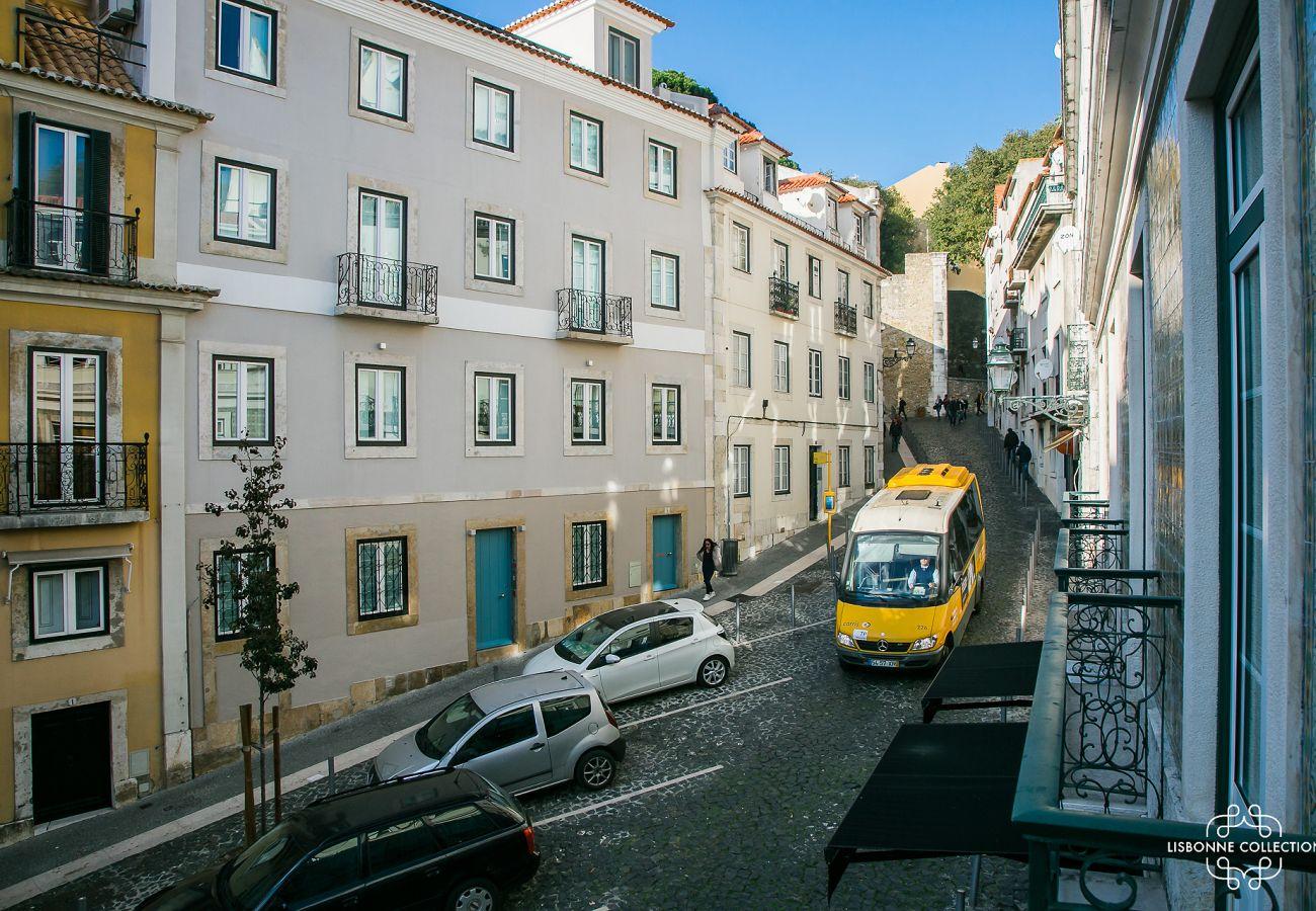 Grande rua que leva ao castelo onde o apartamento está localizado