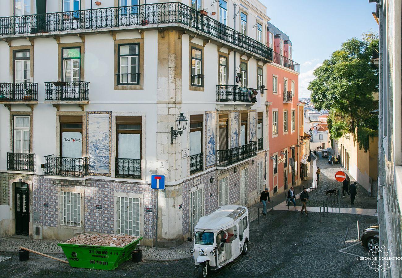 Vista do acesso exterior da sala da habitação para alugar no coração da cidade