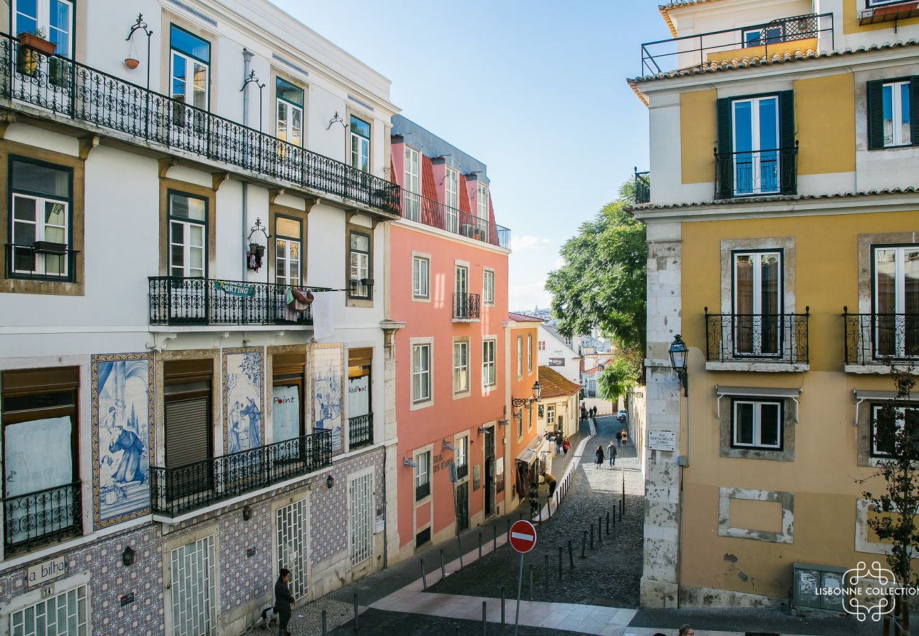 Grande rua que leva ao castelo ou é bem proposta para locação de turistas