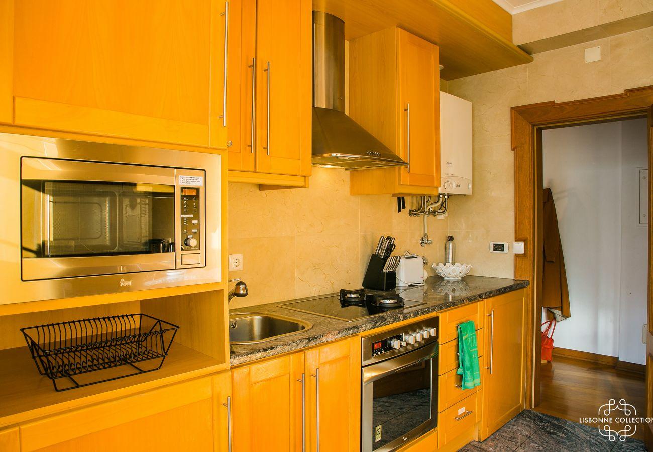 Cozinha espaçosa e totalmente equipada num apartamento perto do Castelo de São Jorge