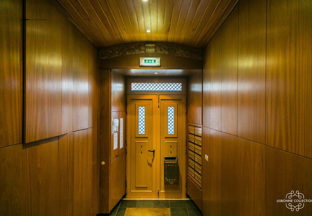 Porta de entrada do edifício de aluguel com acesso a 2 elevadores