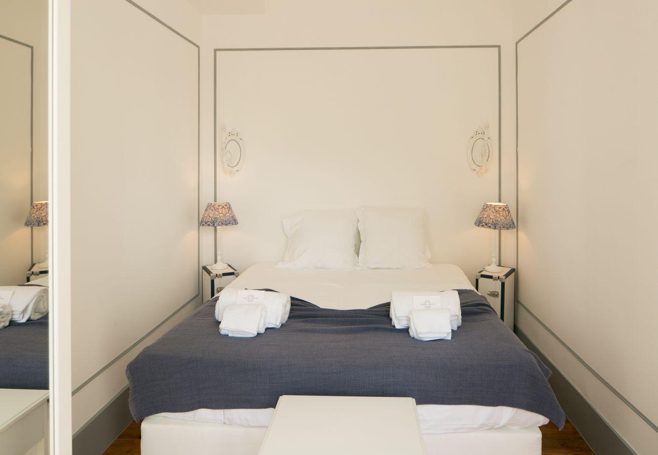 Luxuoso quarto espaçoso e luminoso com vista para a sala de estar