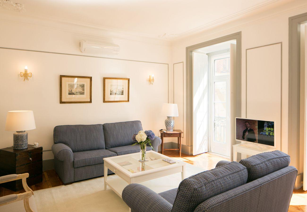 Grande, luxuosa e moderna sala de estar com acesso ao exterior para uma varanda