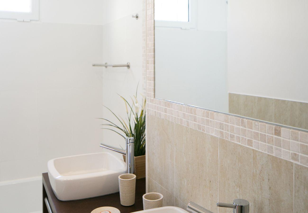 Casa de banho com banheira moderna e prestigiada Lisboa