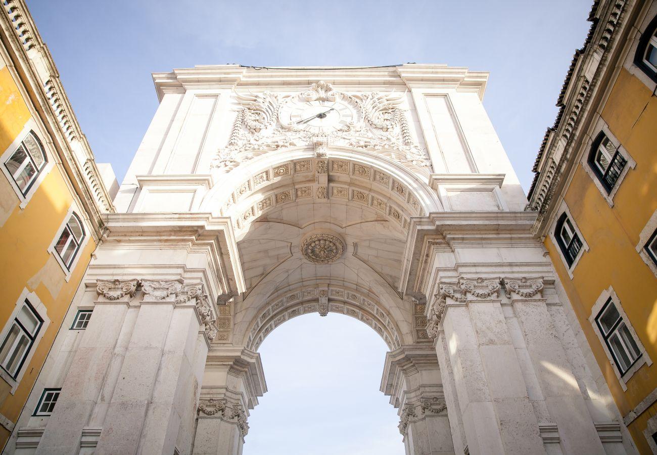 Arco da Praça do Comércio em Lisboa ao lado dos apartamentos para alugar