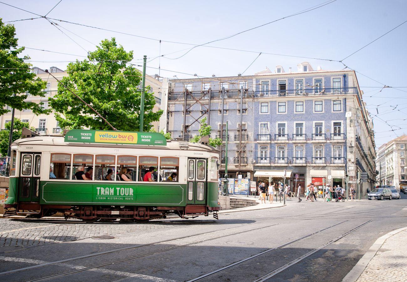 Grande praça em Lisboa com um típico eléctrico da capital portuguesa.