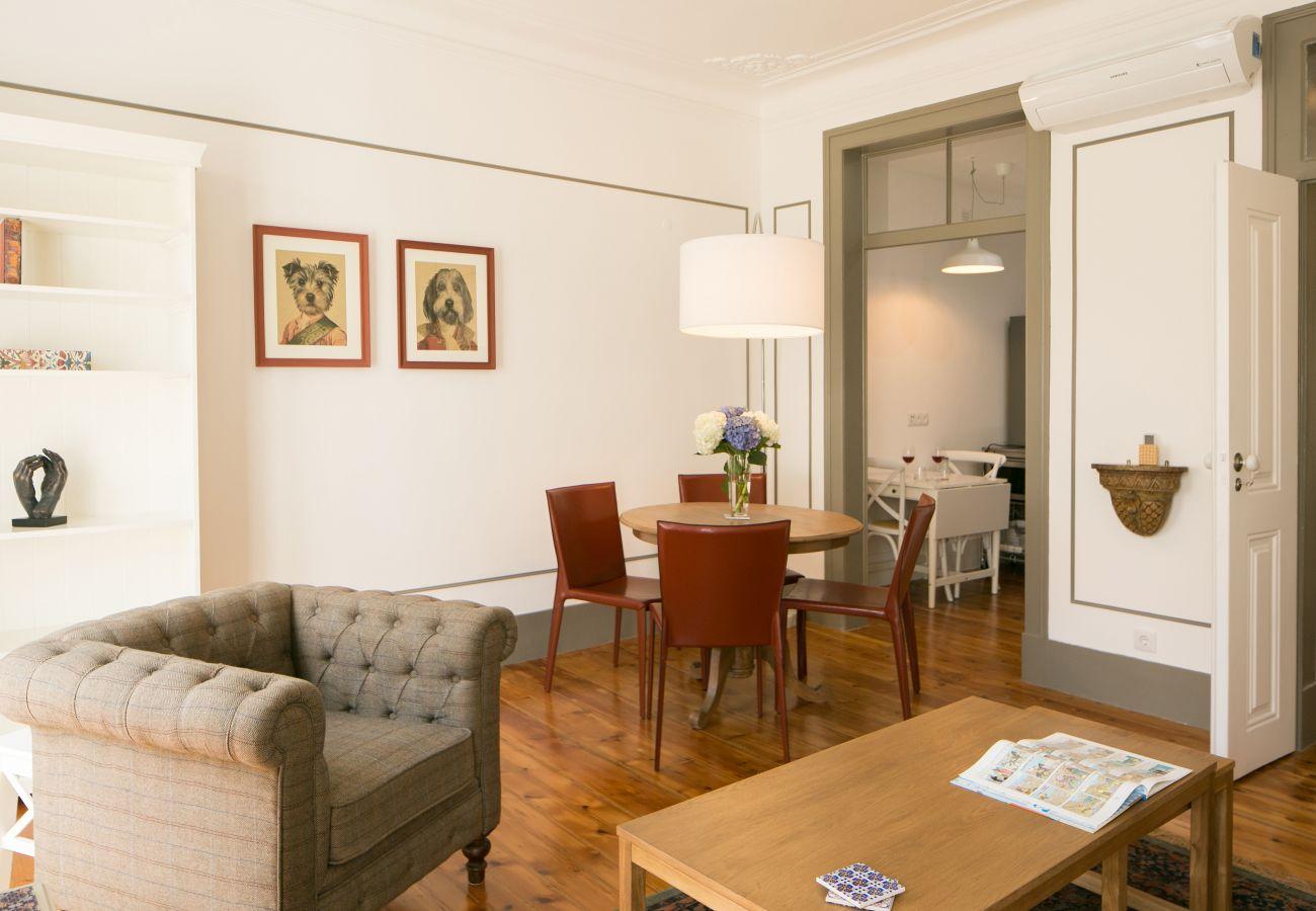 Grande sala de estar se comunicando com o corredor, a cozinha e a sala de jantar