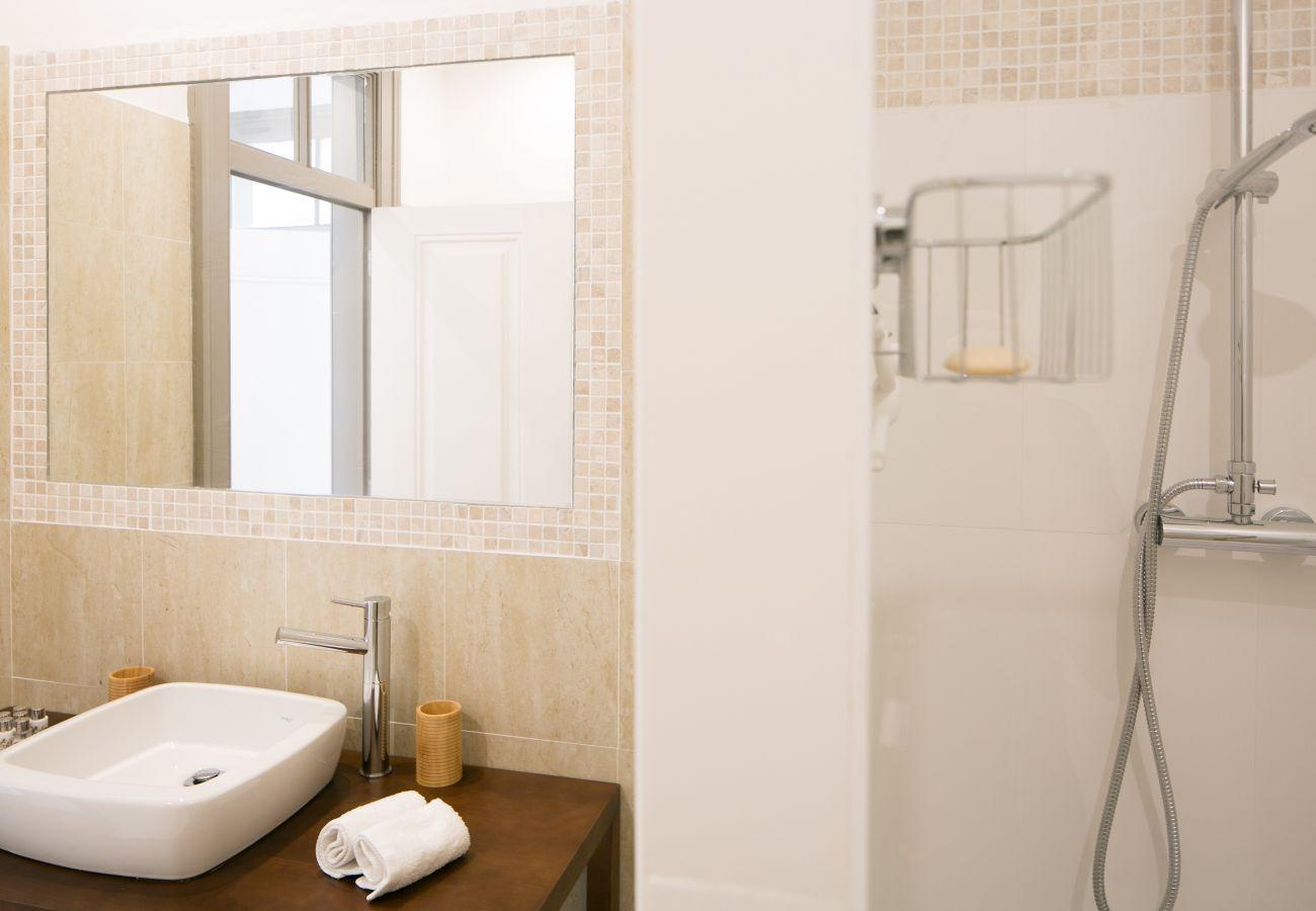 Casa de banho totalmente equipada em um apartamento para alugar em Lisboa