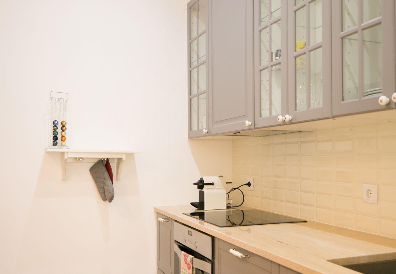 Cozinha em tons sóbrios e refinados para alugar no coração da cidade