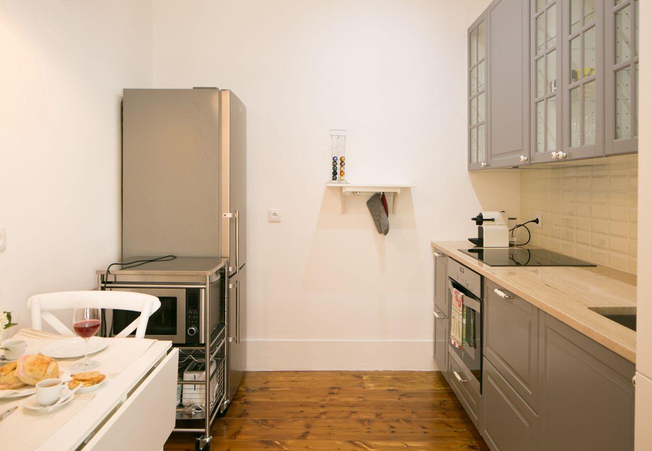 Cozinha totalmente equipada num apartamento alugado em Lisboa