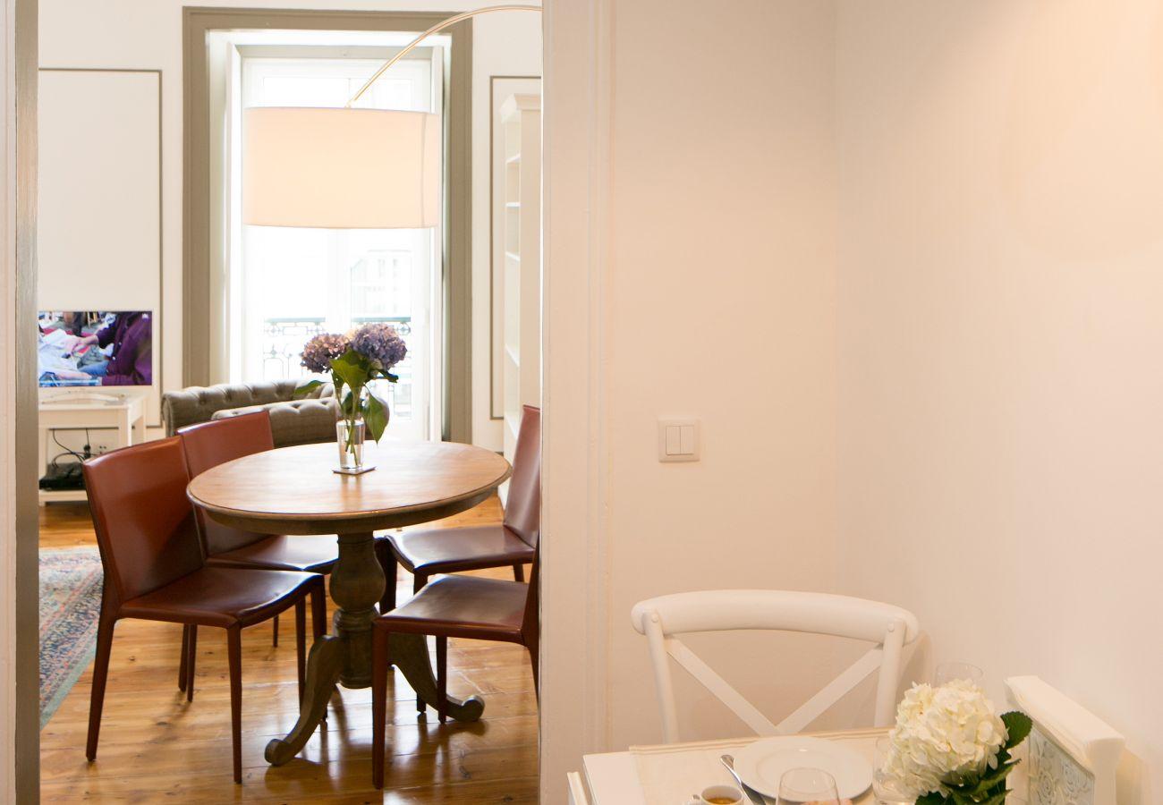 Cozinha com vista para a sala de jantar e uma grande e luminosa sala de estar