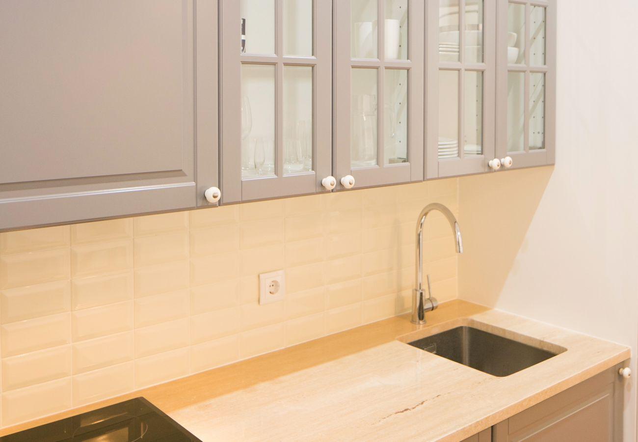 Cozinha com armário de pia e placa vitrocerâmica para alugar