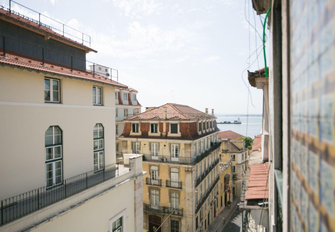 Vista do acesso exterior ao bairro histórico do Chiado