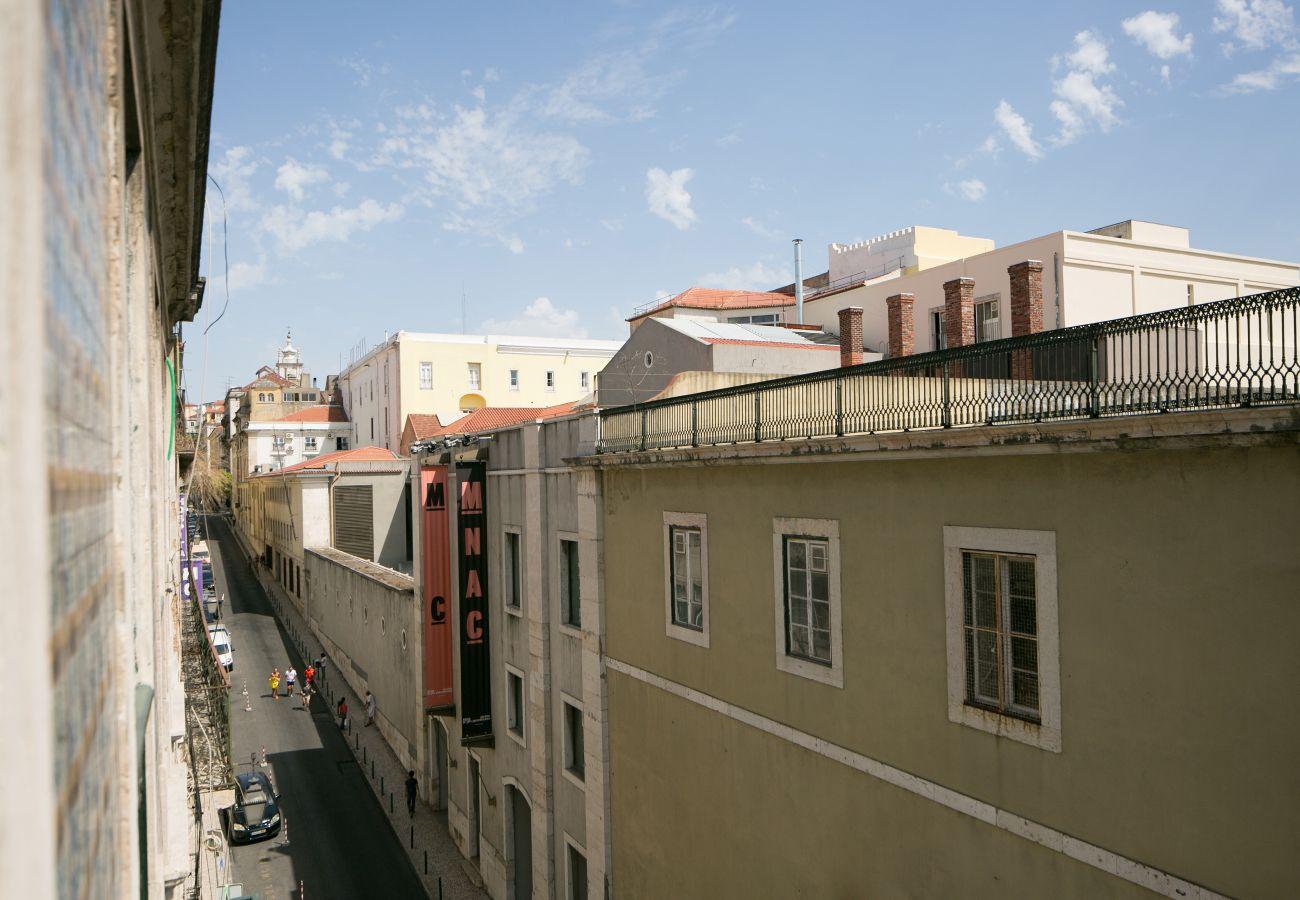 Vista da janela da sala de estar no bairro do Chiado para as suas futuras férias