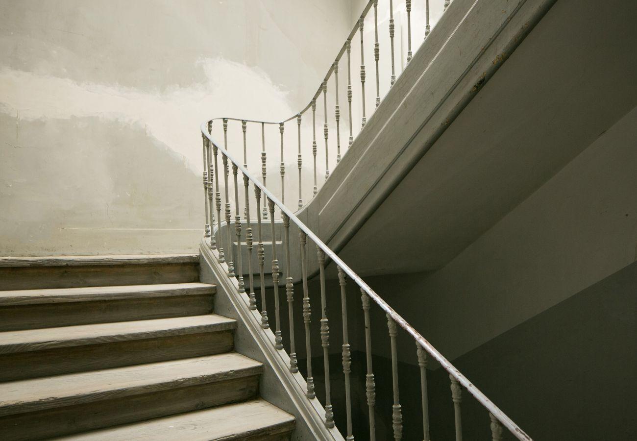 Grande escadaria típica e prestigiada no coração do Chiado em Lisboa