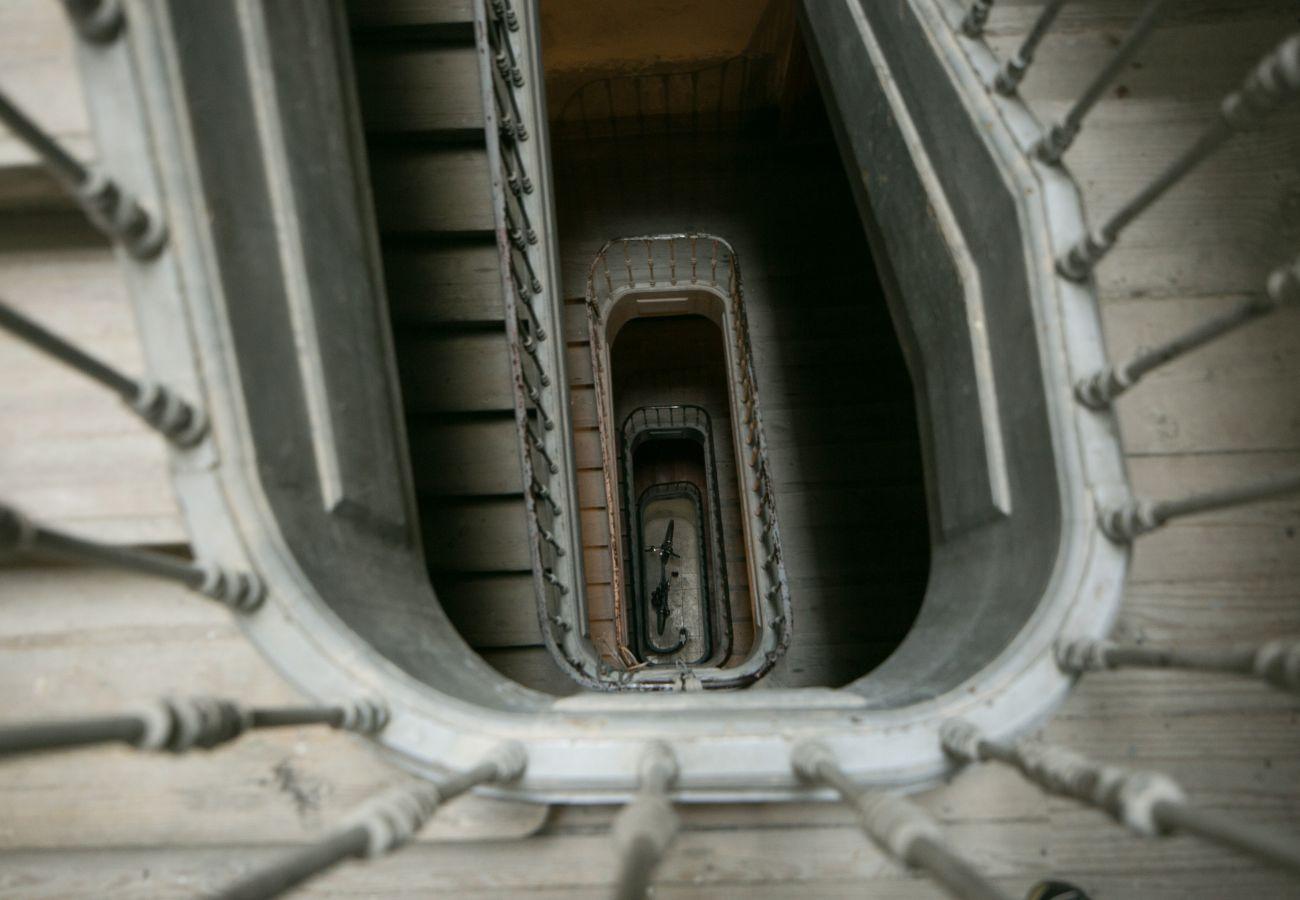 Bela escadaria autêntica e espaçosa para acessar o apartamento