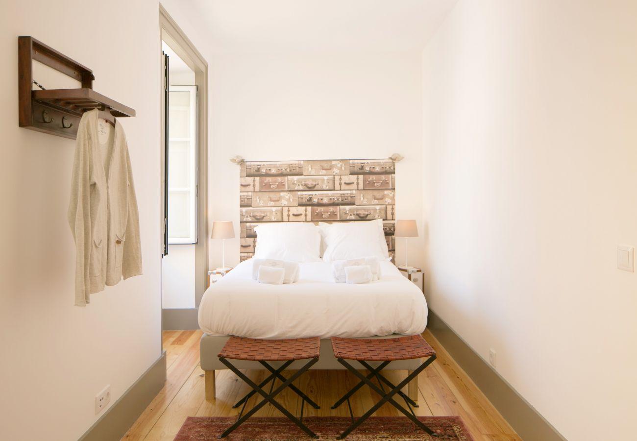 Quarto para dois adultos com cama de casal e janela grande
