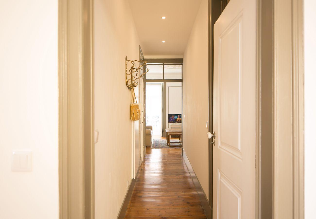 Corredor longo com vista para a cozinha, sala de estar, quarto e banheiro