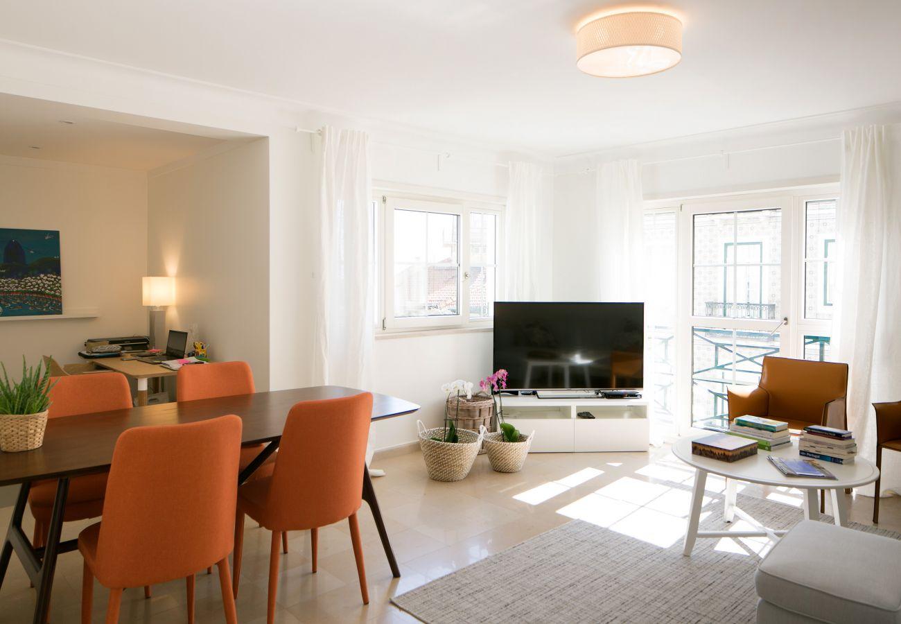 Espaçosa sala de estar com mesa de jantar e sofá para relaxar