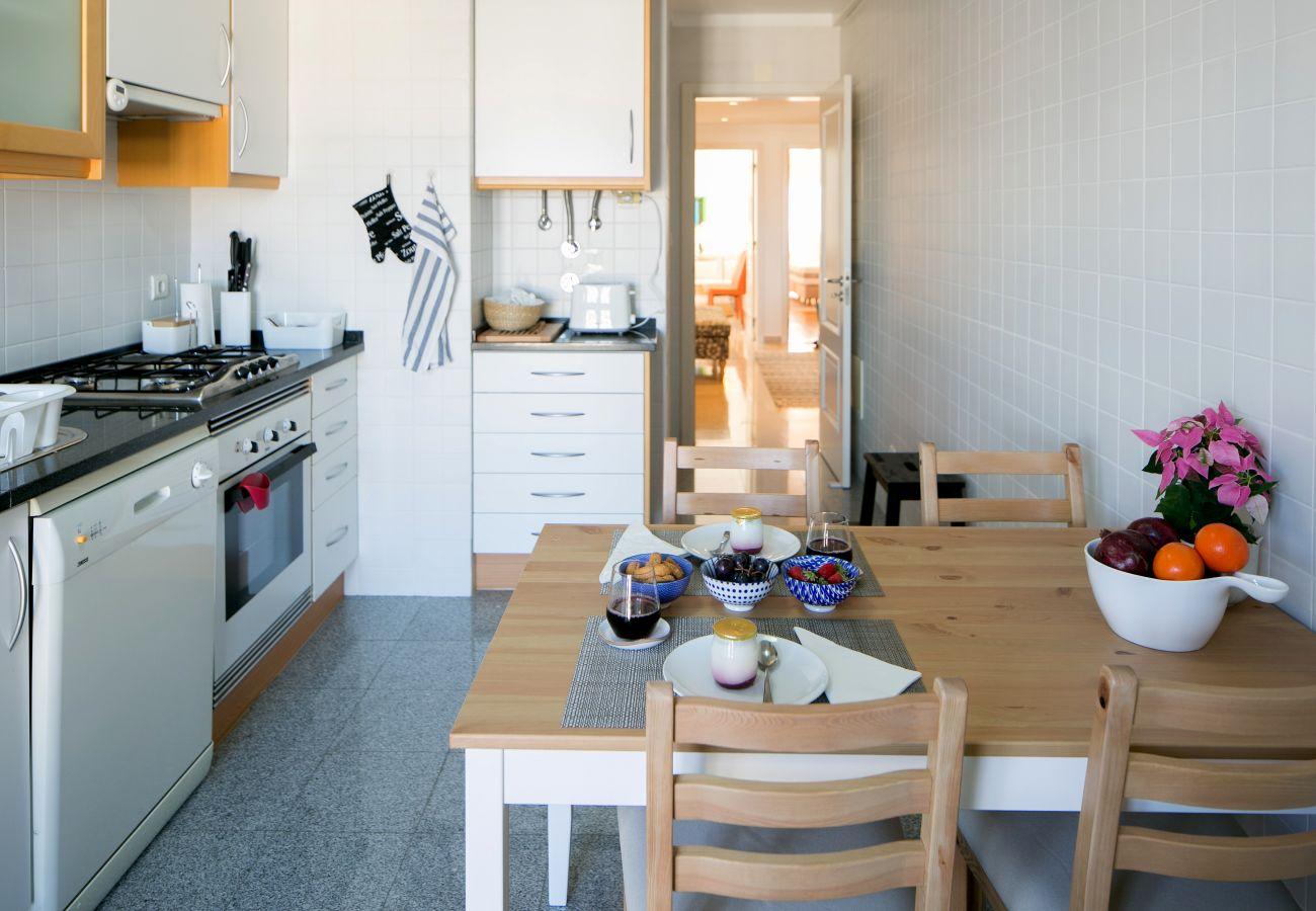Cozinha totalmente equipada com decoração rústica e contemporânea