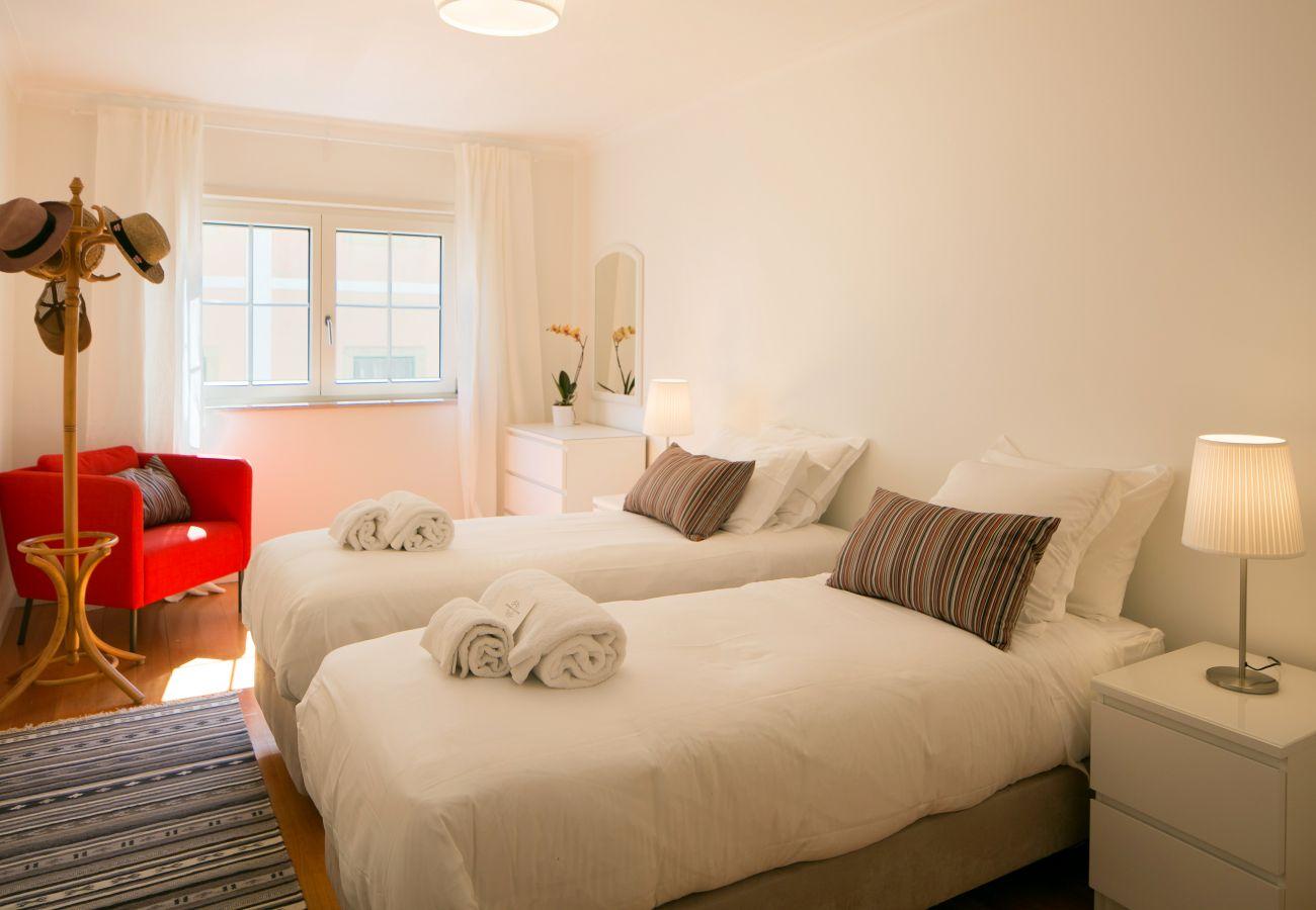 Grande sala para 2 pessoas com 2 camas de solteiro ideal para crianças