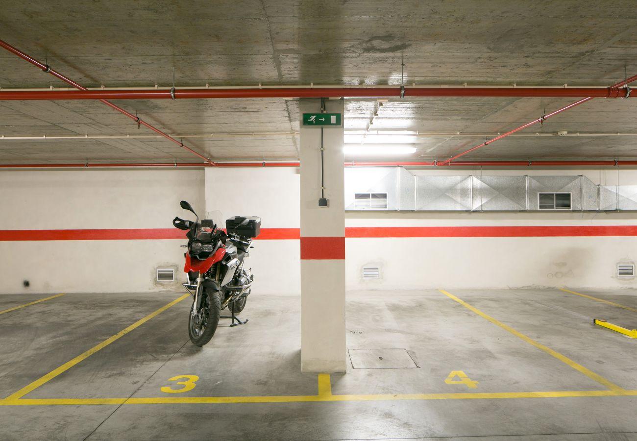 Garagem sob o prédio para alugar com espaço para estacionamento com apartamento