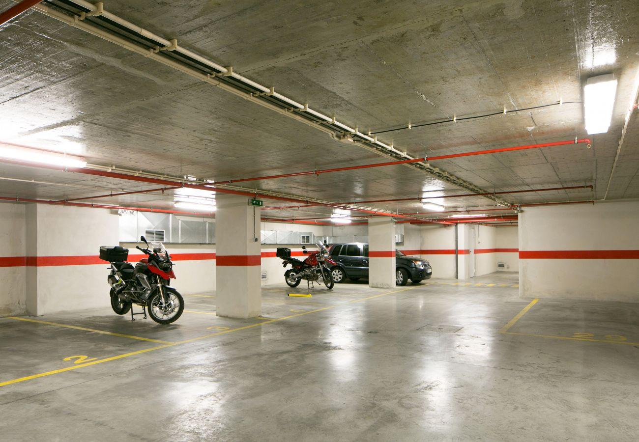 Estacionamento subterrâneo do prédio onde o apartamento para alugar está localizado