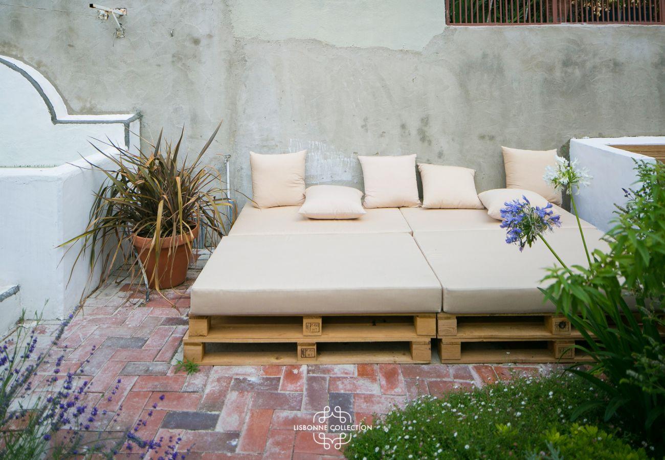 Sofá vintage ao ar livre para relaxar durante um aperitivo
