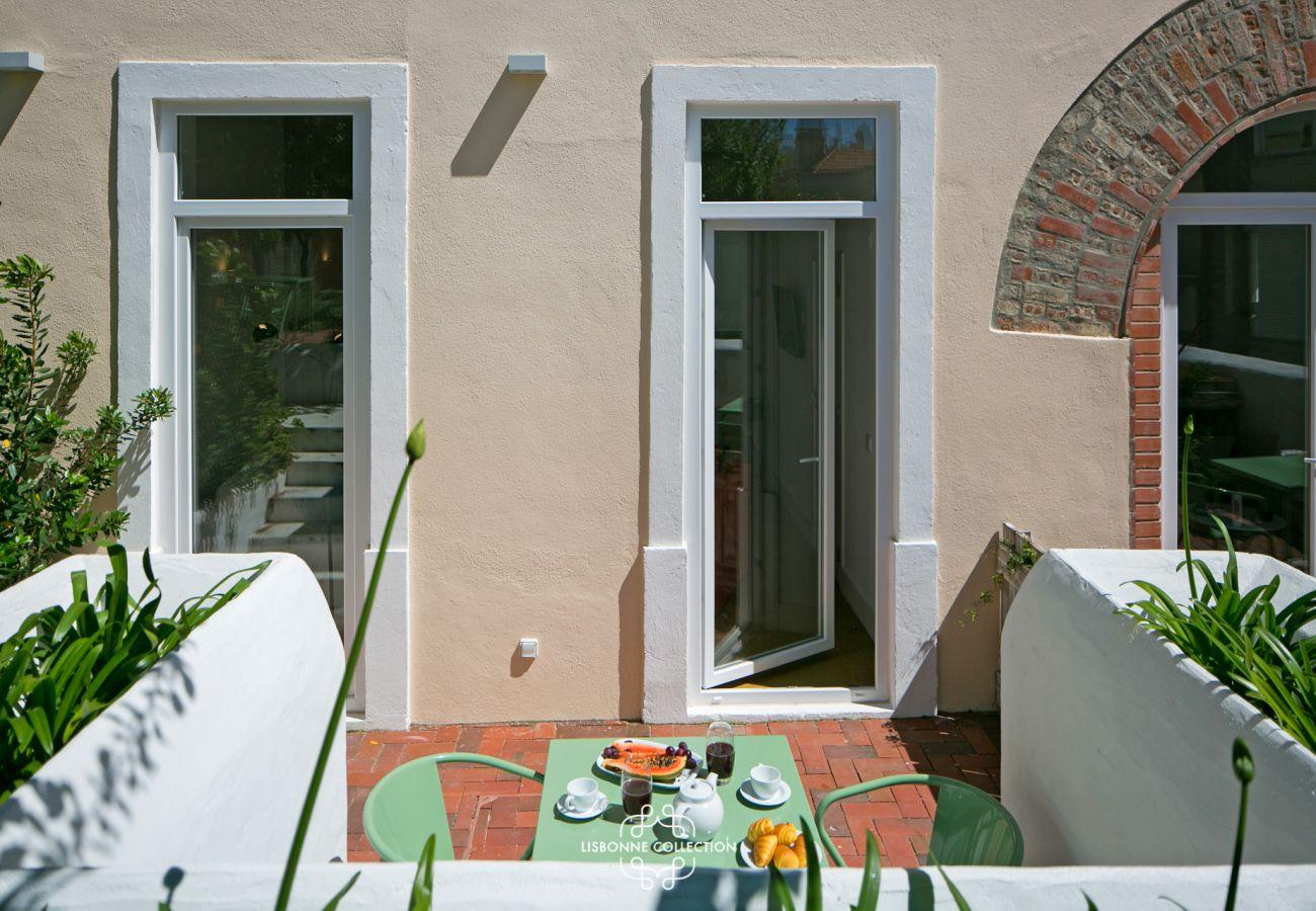 Acesso terraço e jardim de um apartamento com decoração contemporânea