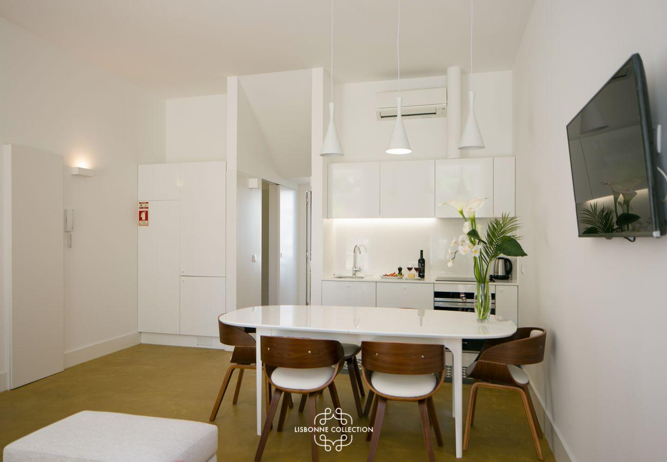 Sala de jantar e cozinha com vista para o corredor e o banheiro