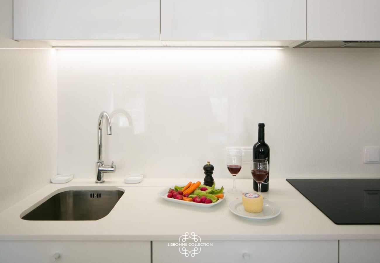 Cozinha totalmente equipada pronta para uso com placa vitrocerâmica