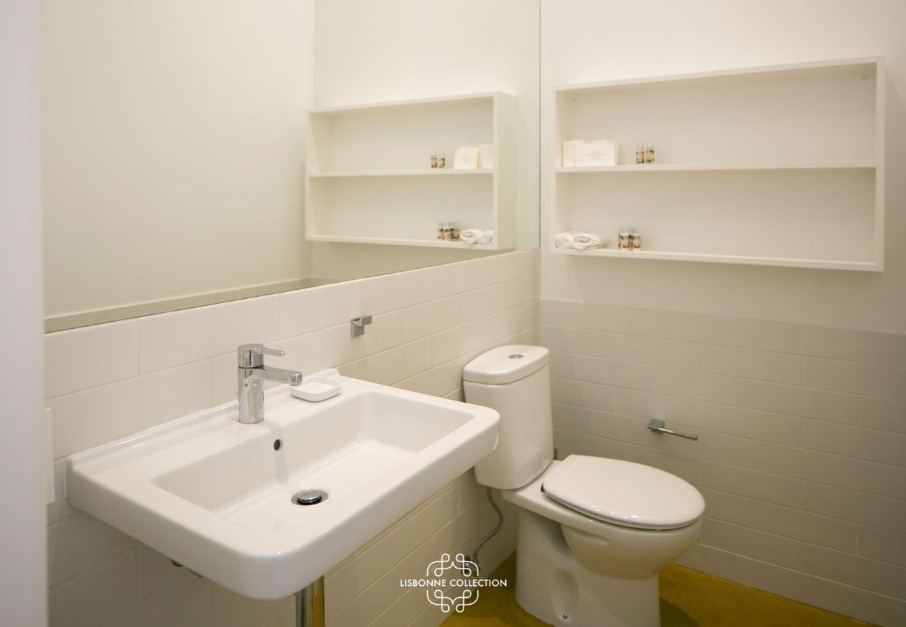 Casa de banho de prestígio para usar com pia e chuveiro
