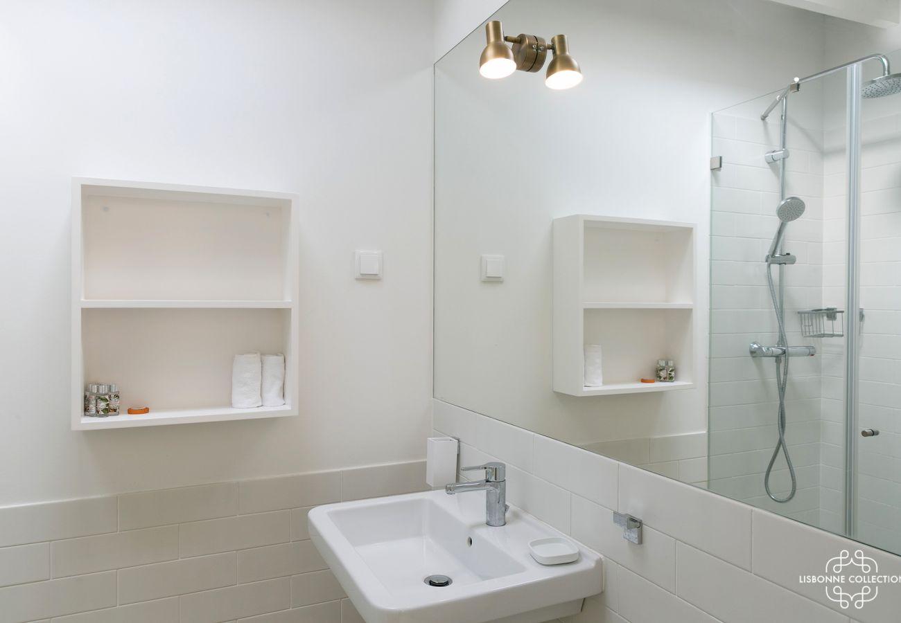 Banheiro com espelho grande, vaidade e armário de banheiro