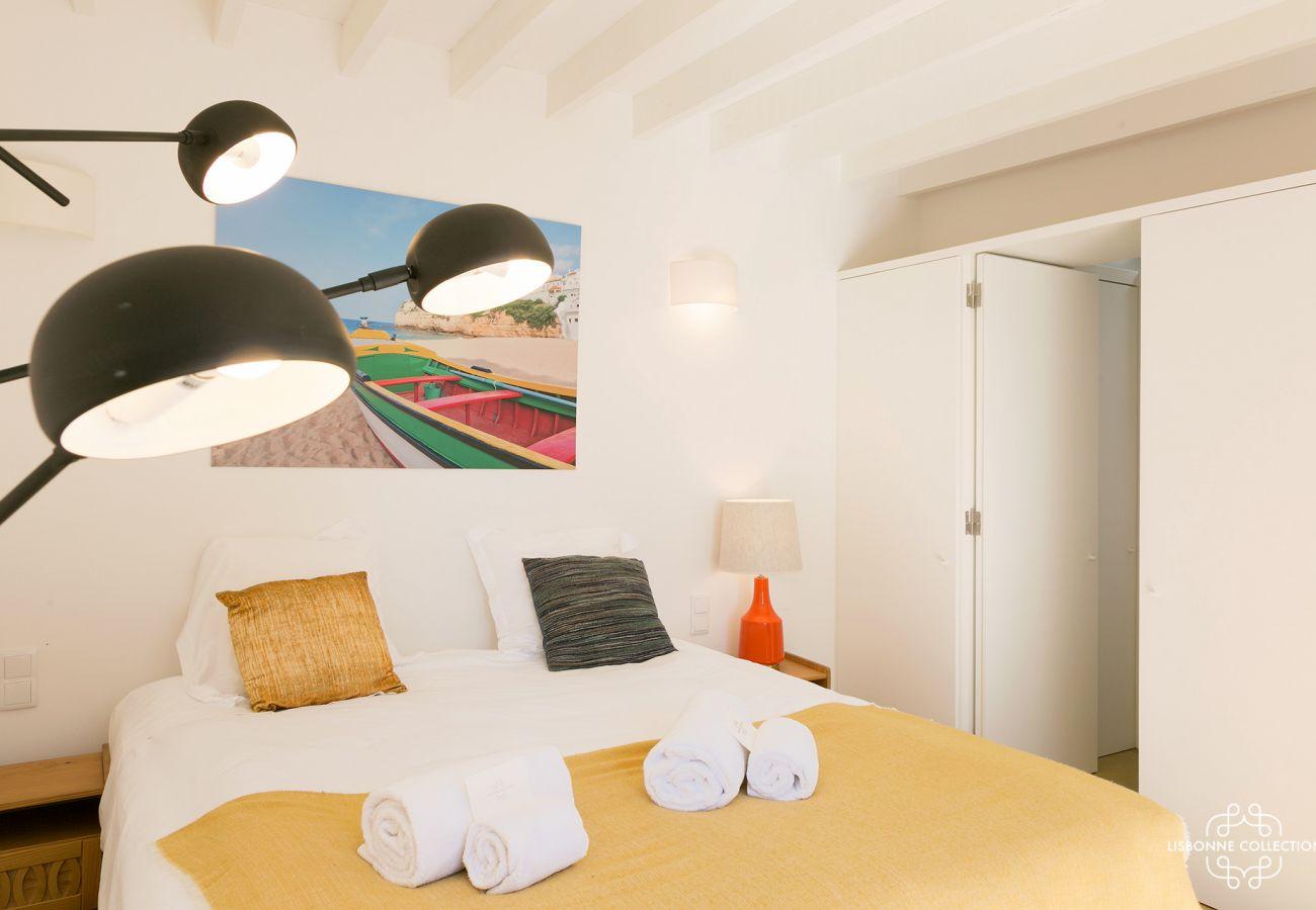 Cama e quarto amarelo brilhante para casal em Graça