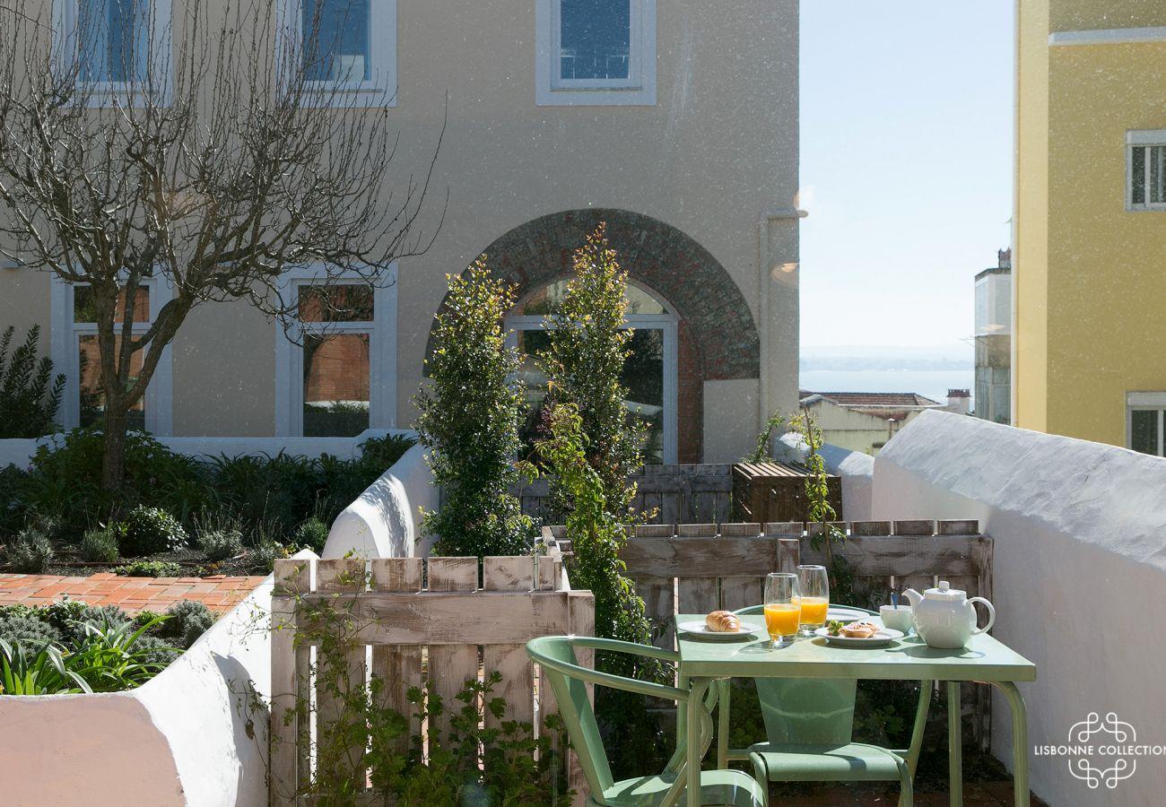 Estúdio com terraço com vista panorâmica do Tejo e área verde ajardinada