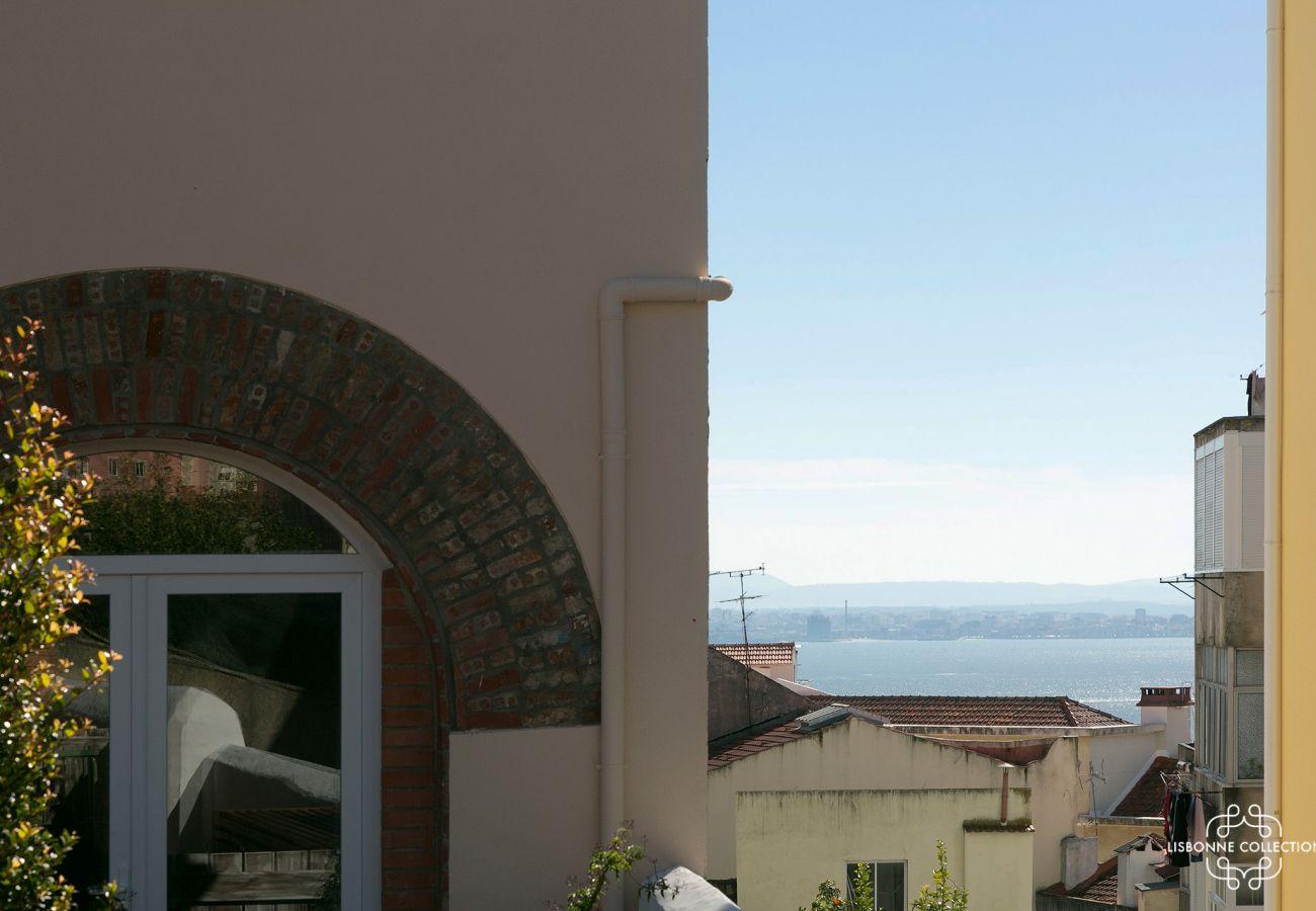 Vista do Tejo a partir do jardim do apartamento alugado em Lisboa